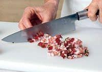 Hacemos sudar el guanciale, panceta o bacon en la sartén para que suelte la grasa