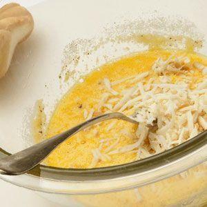 Mezclamos los huevos con el queso