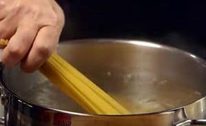 We start the recipe of Spaghetti carbonara by putting the pasta to cook