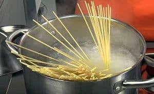 Hay que cocer la pasta que será condimentada por la salsa carbonara original sin nata