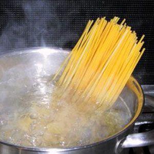 Cocemos los espaguetis a la carbonara vegetariana