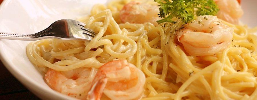 Espaguetis a la carbonara con gambas