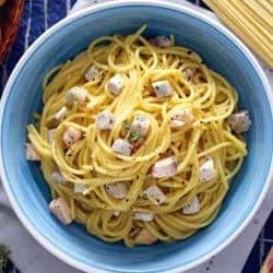 Hoy vamos a preparar un sabroso plato de pasta carbonara a la marinera sustituyendo el guanciale o panceta por pescado