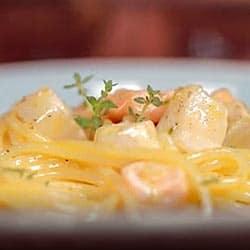 Delicioso Plato de espaguetis carbonara a la marinera