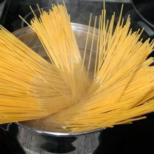 Preparamos los espaguetis en una cazuela con agua hirviendo