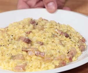 Plato de risotto a la carbonara